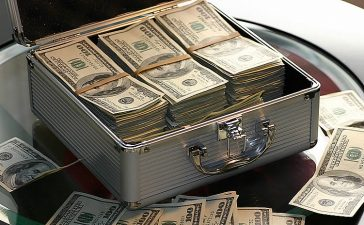 Creo que es muy importante aceptar que necesito mucho dinero es muy positivo. Algunas personas, en especial las muy espirituales...